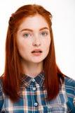 Retrato de la muchacha hermosa joven del jengibre sobre el fondo blanco Foto de archivo libre de regalías