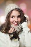 Retrato de la muchacha hermosa joven en estilo del invierno Foto de archivo libre de regalías
