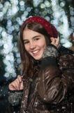 Retrato de la muchacha hermosa joven en estilo del invierno Fotografía de archivo