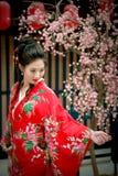 Retrato de la muchacha hermosa joven en kimono rojo Fotos de archivo