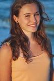 Retrato de la muchacha hermosa joven en la playa en la puesta del sol Fotos de archivo libres de regalías