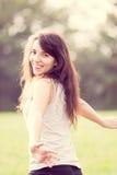 Retrato de la muchacha hermosa que corre en el prado Foto de archivo