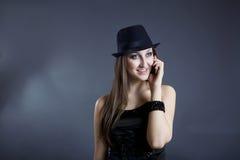Retrato de la muchacha hermosa que habla en el teléfono Fotos de archivo