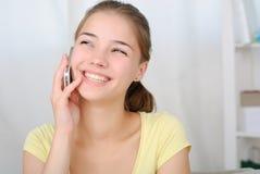 Retrato de la muchacha hermosa que habla por el teléfono Foto de archivo