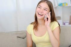 Retrato de la muchacha hermosa que habla por el teléfono Imagenes de archivo