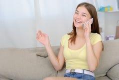 Retrato de la muchacha hermosa que habla por el teléfono Foto de archivo libre de regalías