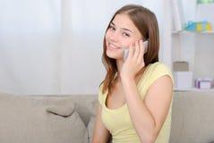 Retrato de la muchacha hermosa que habla por el teléfono Fotografía de archivo libre de regalías