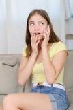 Retrato de la muchacha hermosa que habla por el teléfono Fotos de archivo