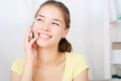 Retrato de la muchacha hermosa que habla por el teléfono Fotografía de archivo