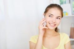 Retrato de la muchacha hermosa que habla por el teléfono Imágenes de archivo libres de regalías