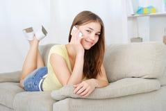 Retrato de la muchacha hermosa que habla por el teléfono Imagen de archivo libre de regalías
