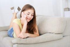 Retrato de la muchacha hermosa que habla por el teléfono Fotos de archivo libres de regalías