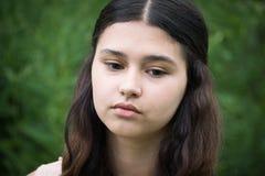 Retrato de la muchacha hermosa que mira al plumón Foto de archivo libre de regalías