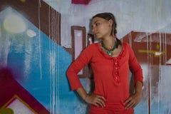 Retrato de la muchacha hermosa que presenta cerca de un graffitti Fotos de archivo