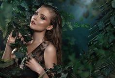 Retrato de la muchacha hermosa que presenta en bosque tropical Imagen de archivo