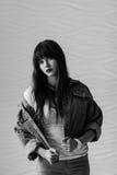 Retrato de la muchacha hermosa que se viste en la moda del estilo 90s Fotografía de archivo libre de regalías
