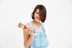 Retrato de la muchacha hermosa sonriente de los jóvenes, sosteniendo la brocha Imagen de archivo