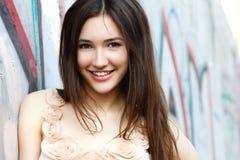 Retrato de la muchacha hermosa sonriente de la moda contra la pared con ABS Fotografía de archivo
