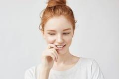 Retrato de la muchacha hermosa tímida con la sonrisa astuta del pelo y de las pecas Fotos de archivo libres de regalías