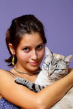 Retrato de la muchacha hermosa y de su gato Fotos de archivo