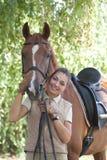 Retrato de la muchacha hermosa y del caballo rojo Fotografía de archivo