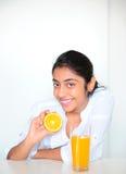 Retrato de la muchacha india con las naranjas Fotos de archivo