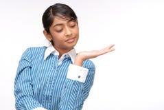 Retrato de la muchacha india que muestra algo Imagenes de archivo
