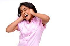 Retrato de la muchacha india que se cierra los oídos Imágenes de archivo libres de regalías