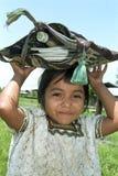 Retrato de la muchacha india tímida de Ixil con las fuentes de escuela Foto de archivo
