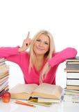 Retrato de la muchacha joven del estudiante con las porciones de libros Foto de archivo libre de regalías