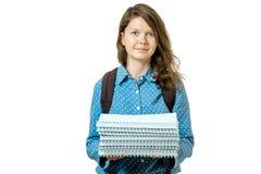 Retrato de la muchacha joven del estudiante con los libros y la mochila Imagen de archivo