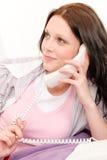 Retrato de la muchacha joven del estudiante en el teléfono Imagen de archivo libre de regalías