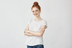 Retrato de la muchacha joven del pelirrojo que sonríe con los brazos cruzados Fotos de archivo libres de regalías
