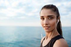 Retrato de la muchacha juguetona hermosa joven en la salida del sol sobre la playa imagenes de archivo