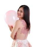 Retrato de la muchacha juguetona y del globo aislados Fotos de archivo libres de regalías