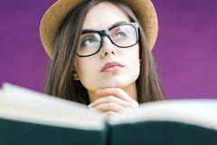 Retrato de la muchacha de la lectura Fotografía de archivo