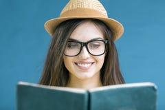 Retrato de la muchacha de la lectura Fotografía de archivo libre de regalías