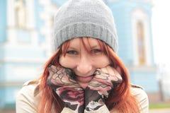 Retrato de la muchacha linda con el pelo rojo en el sombrero al aire libre Imagenes de archivo