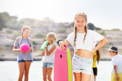 Retrato de la muchacha linda con el tablero del cuerpo en la playa Imagen de archivo