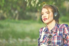 Retrato de la muchacha linda del inconformista con los auriculares Fotografía de archivo
