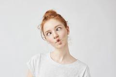 Retrato de la muchacha linda divertida del jengibre con engañar de las pecas Fotos de archivo libres de regalías