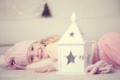 Retrato de la muchacha linda en el tiempo de la Navidad Imágenes de archivo libres de regalías