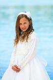 Retrato de la muchacha linda en vestido de la comunión. Fotos de archivo libres de regalías