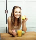 Retrato de la muchacha linda feliz con el desayuno, la manzana verde y el zumo de naranja, concepto de la gente de la forma de vi Imagen de archivo
