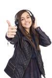 Retrato de la muchacha linda feliz con la música que escucha a de los auriculares Fotos de archivo