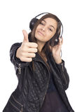 Retrato de la muchacha linda feliz con la música que escucha de los auriculares Imagen de archivo libre de regalías