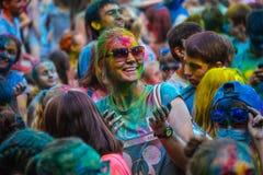 Retrato de la muchacha linda feliz en festival del color del holi Foto de archivo