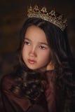 Retrato de la muchacha linda que lleva una corona Reina o princesa joven Imagenes de archivo