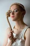 Retrato de la muchacha linda que presenta como mentalmente - enfermedad Foto de archivo libre de regalías