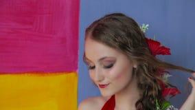 Retrato de la muchacha misteriosa con maquillaje creativo y el peinado elegante almacen de video